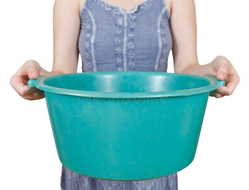Γυναίκα με την πράσινη πλαστική λεκάνη που απομονώνεται στοκ φωτογραφία με δικαίωμα ελεύθερης χρήσης