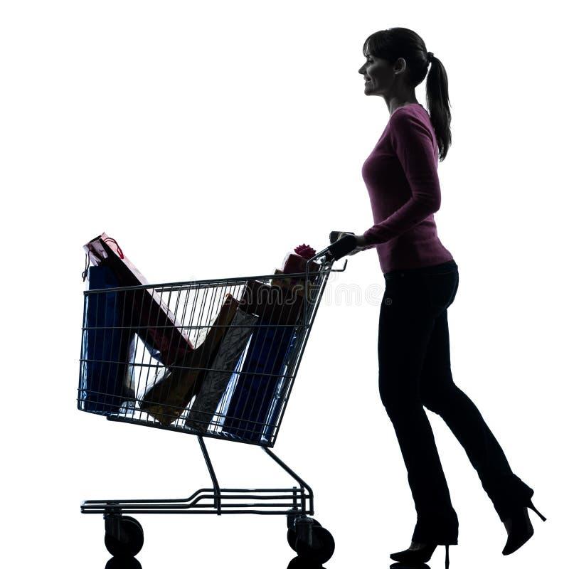 Γυναίκα με την πλήρη σκιαγραφία κάρρων αγορών στοκ φωτογραφία με δικαίωμα ελεύθερης χρήσης