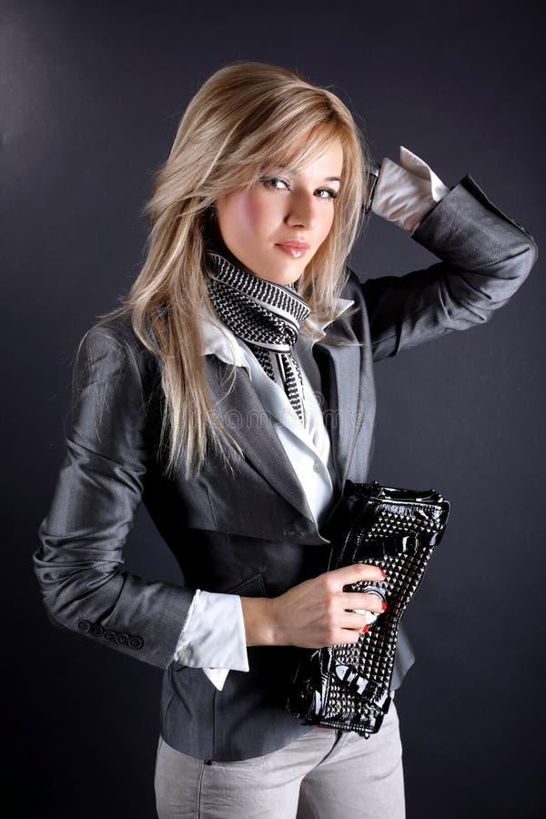 Γυναίκα με την τσάντα συμπλεκτών στοκ εικόνα με δικαίωμα ελεύθερης χρήσης