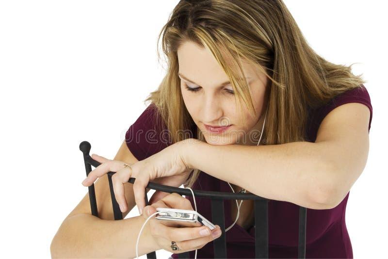 Γυναίκα με την ψηφιακή ηχητική συσκευή με το ψαλίδισμα του μονοπατιού στοκ φωτογραφία