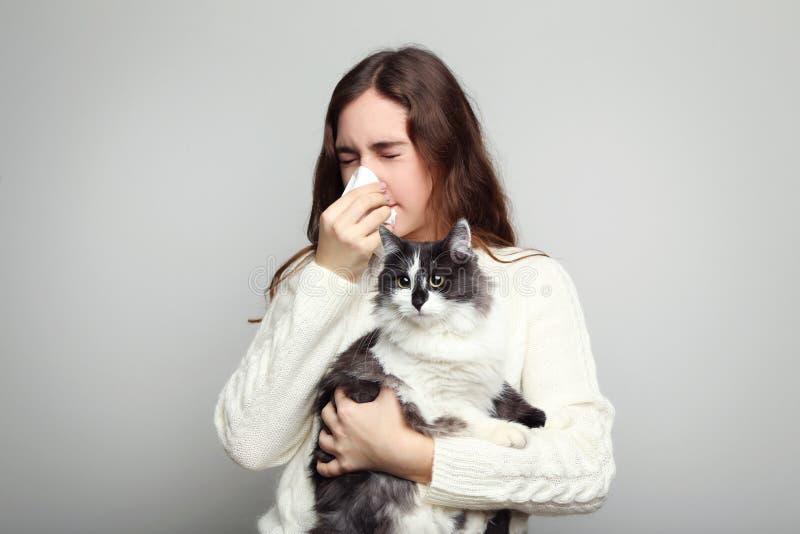 Γυναίκα με τη γάτα εκμετάλλευσης αλλεργίας στοκ φωτογραφίες