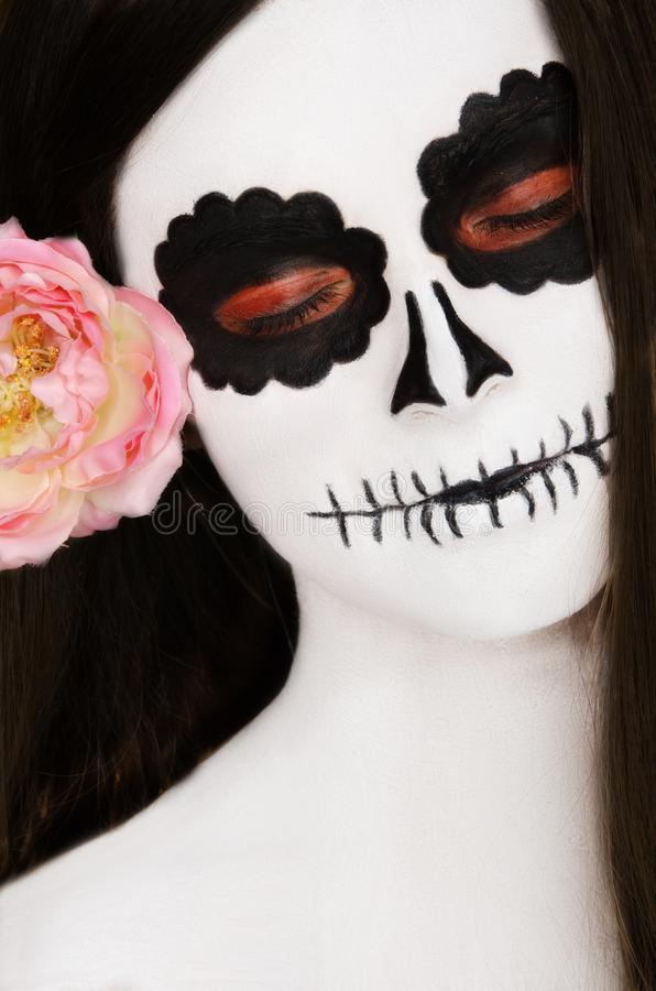 Γυναίκα με τη γραπτή τέχνη προσώπου στο πρόσωπό της στοκ εικόνα