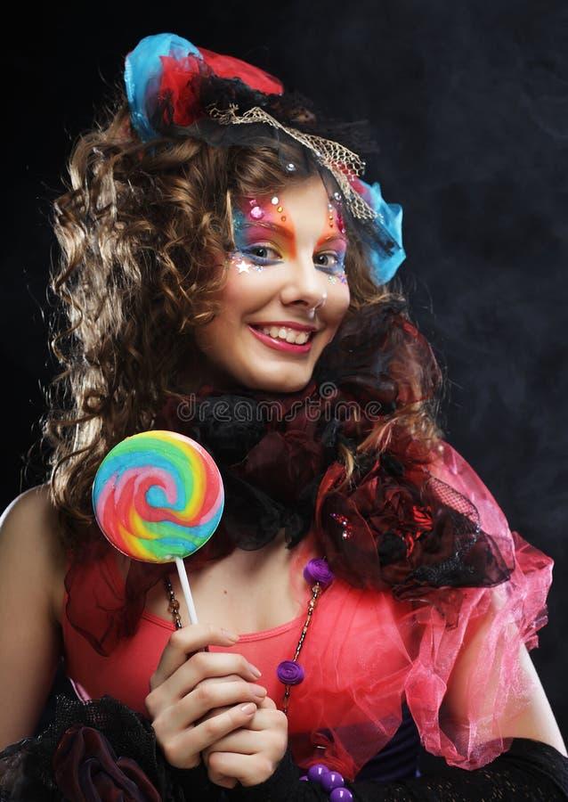 Γυναίκα με τη δημιουργική σύνθεση στο ύφος κουκλών με την καραμέλα στοκ εικόνα