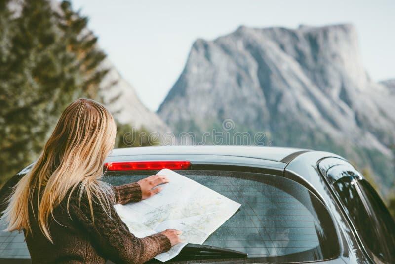 Γυναίκα με τη διαδρομή προγραμματισμού χαρτών που ταξιδεύει με το αυτοκίνητο ενοικίου στοκ φωτογραφίες με δικαίωμα ελεύθερης χρήσης