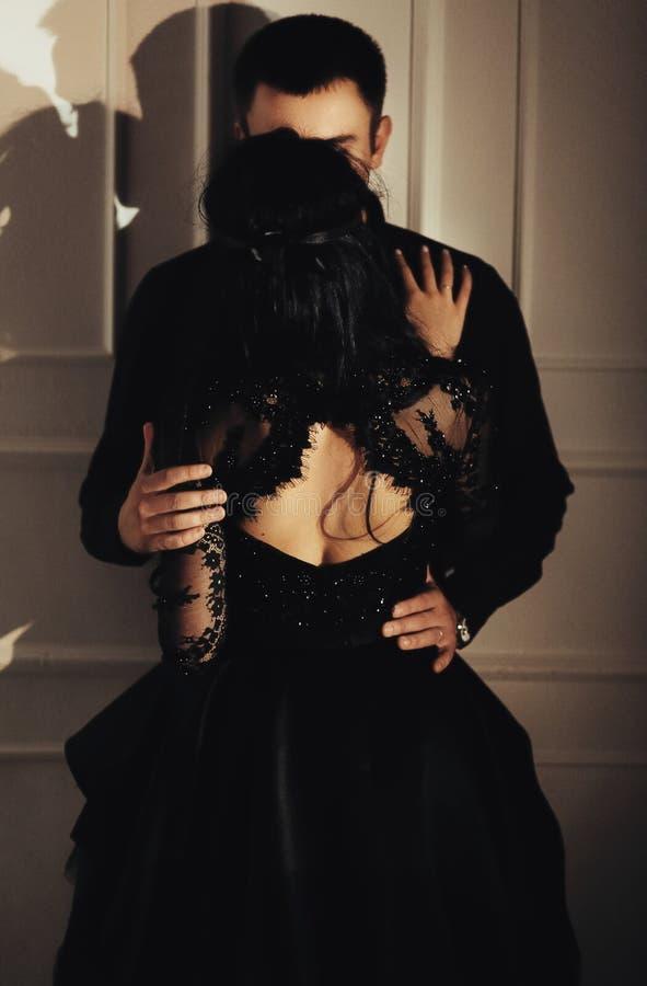 Γυναίκα με τη θεατρική μάσκα και όμορφος άνδρας στοκ εικόνες με δικαίωμα ελεύθερης χρήσης