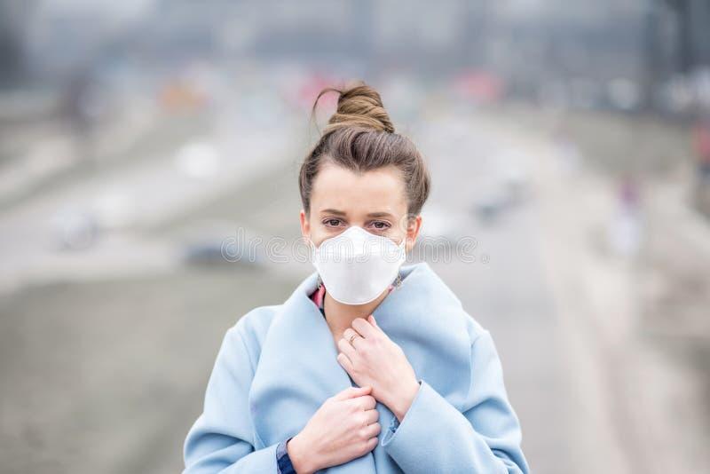 Γυναίκα με τη μάσκα στην πόλη στοκ εικόνα με δικαίωμα ελεύθερης χρήσης