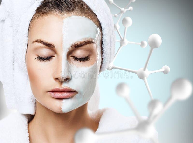 Γυναίκα με τη μάσκα στο πρόσωπο στη μεγάλη αλυσίδα μορίων στοκ φωτογραφία με δικαίωμα ελεύθερης χρήσης