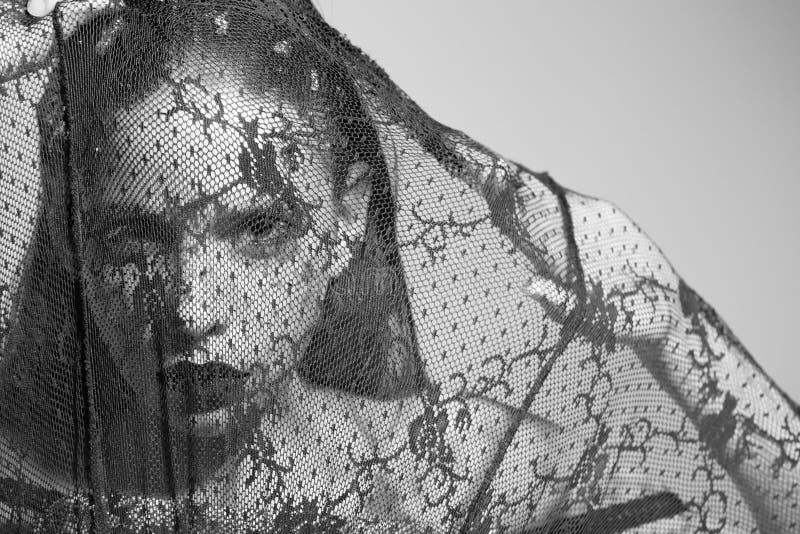Γυναίκα με τη μόδα makeup, στο Μαύρο, πέπλο δαντελλών στοκ φωτογραφίες
