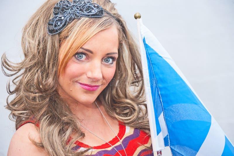 Γυναίκα με τη σκωτσέζικη σημαία στοκ φωτογραφία με δικαίωμα ελεύθερης χρήσης