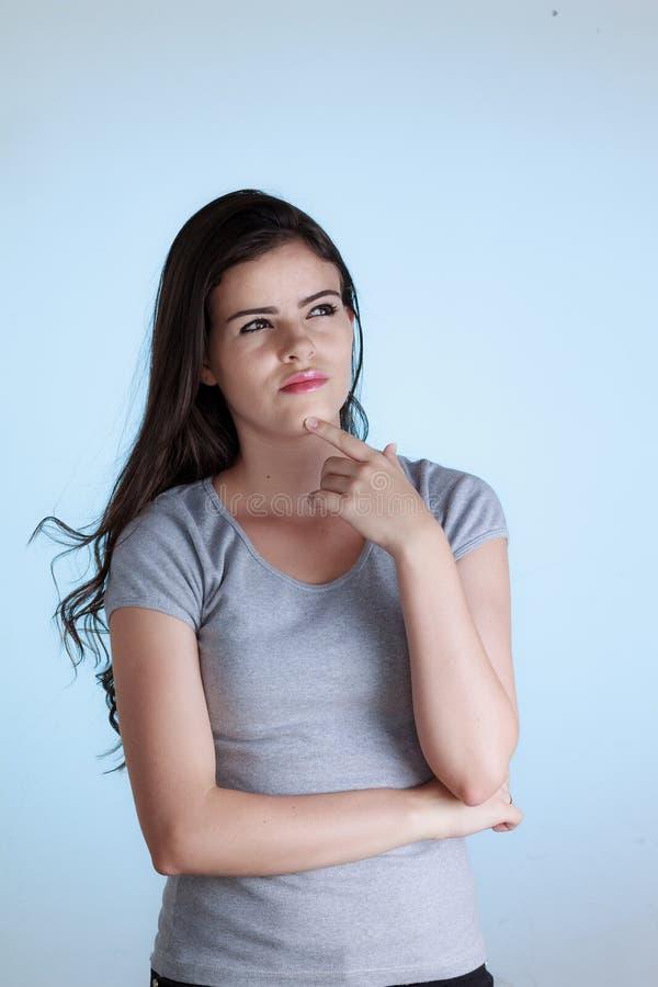 Γυναίκα με τη στοχαστική έκφραση και χέρι στο πηγούνι στοκ φωτογραφία με δικαίωμα ελεύθερης χρήσης