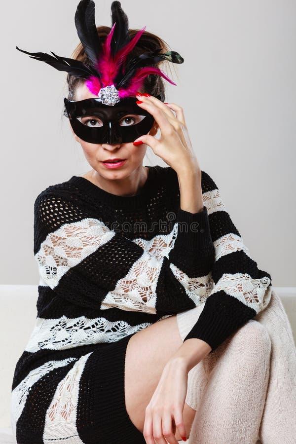 Download Γυναίκα με τη συνεδρίαση μασκών καρναβαλιού στον καναπέ Στοκ Εικόνα - εικόνα από γυναίκα, εορτασμός: 62706269