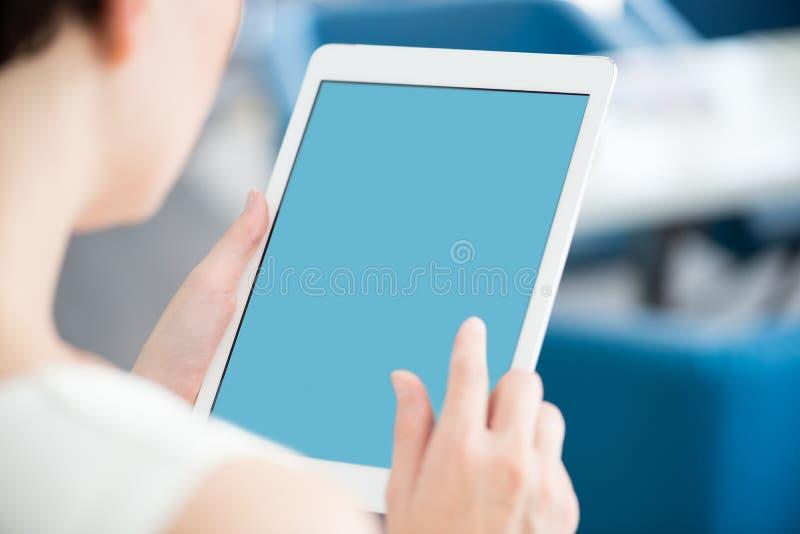 Γυναίκα με τη σύγχρονη άσπρη ψηφιακή ταμπλέτα στοκ εικόνα
