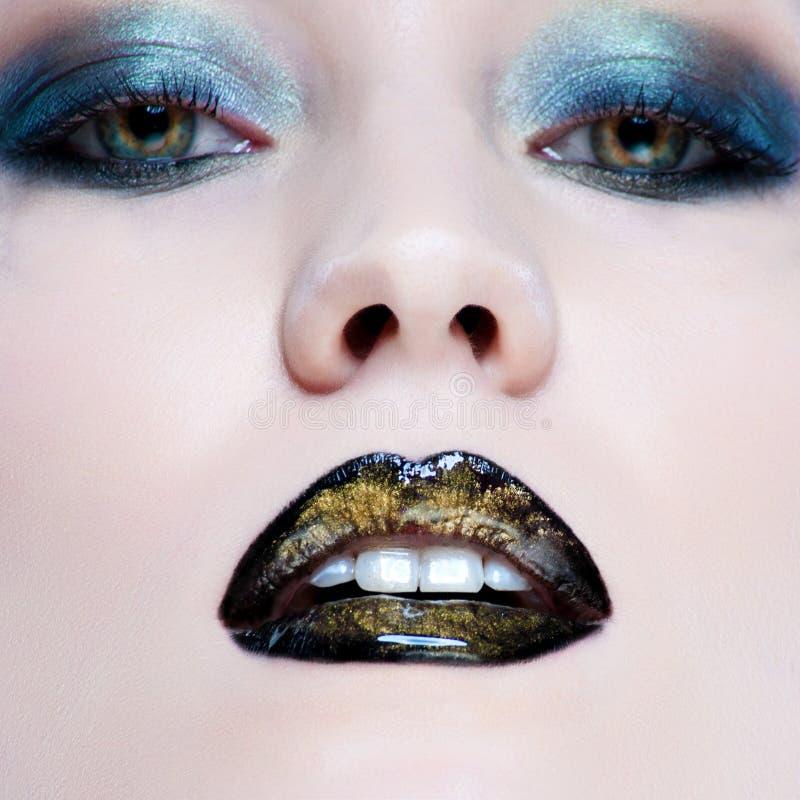 Γυναίκα με τη σύνθεση γοητείας μαργαριταριών και τα μαύρα χείλια στοκ εικόνα