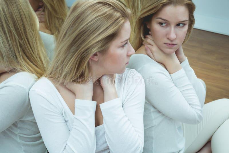 Γυναίκα με τις αυτοκαταστροφικές σκέψεις στοκ εικόνα