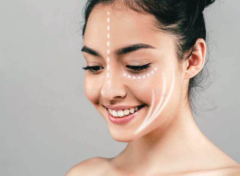 Γυναίκα με τις γραμμές πλαστικής χειρουργικής και μασάζ στο πρόσωπο στοκ εικόνα με δικαίωμα ελεύθερης χρήσης