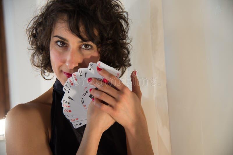 Γυναίκα με τις κάρτες παιχνιδιού στοκ εικόνα