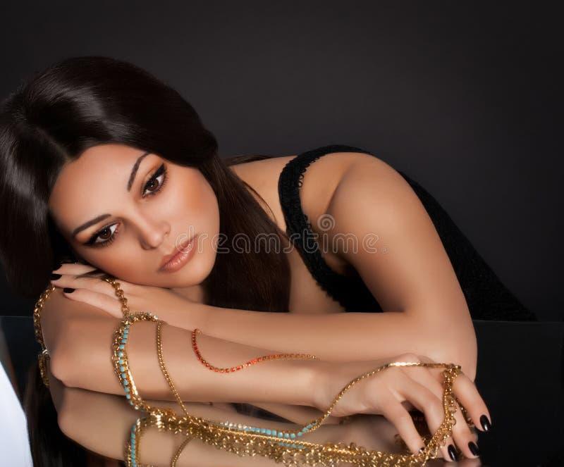 Γυναίκα με τις πολύτιμες διακοσμήσεις κοσμήματος. στοκ εικόνα με δικαίωμα ελεύθερης χρήσης