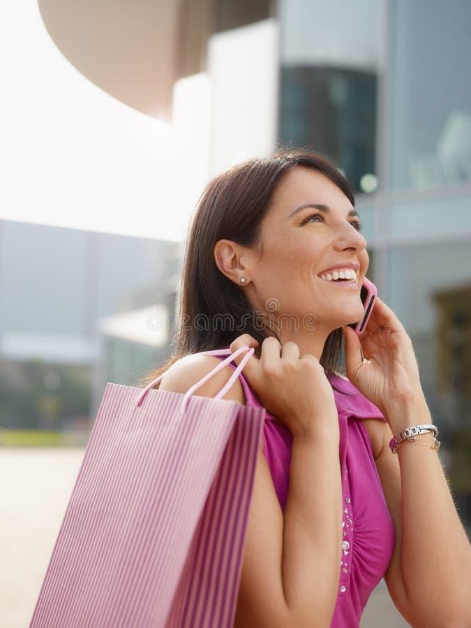 Γυναίκα με τις τσάντες αγορών στοκ φωτογραφία