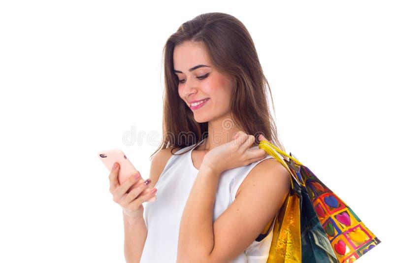 Γυναίκα με τις τσάντες smartphone και αγορών στοκ φωτογραφία με δικαίωμα ελεύθερης χρήσης