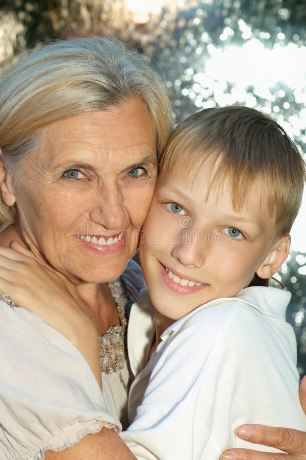 Download Γυναίκα με τον εγγονό της στοκ εικόνες. εικόνα από οικογένεια - 62722176