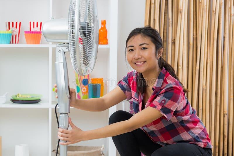 Γυναίκα με τον εξαεριστήρα στο σπίτι στοκ εικόνες