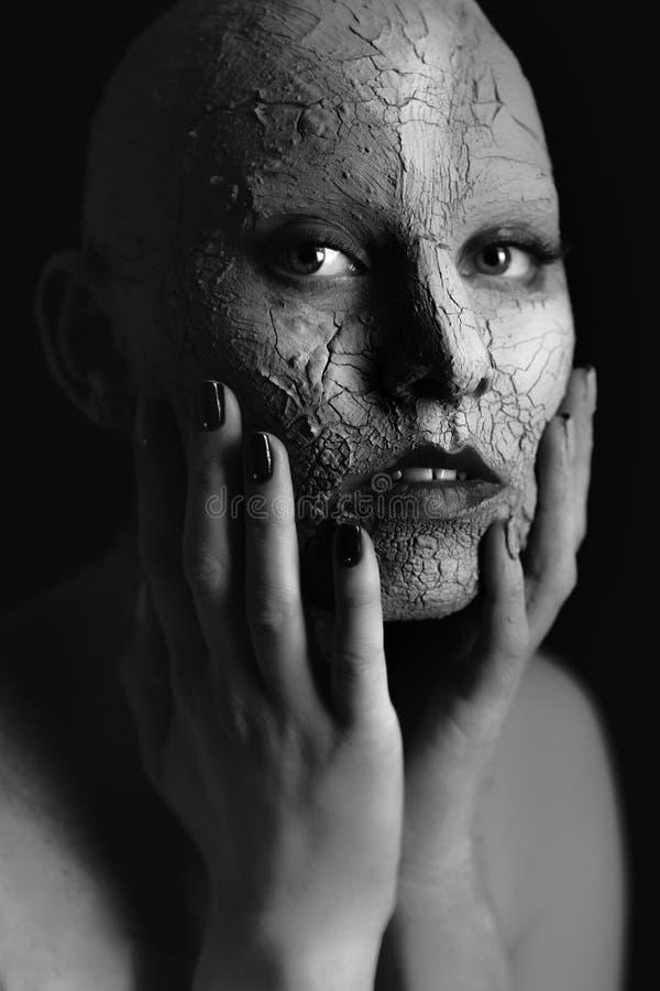 Γυναίκα με τον καλλυντικό άργιλο στοκ φωτογραφίες