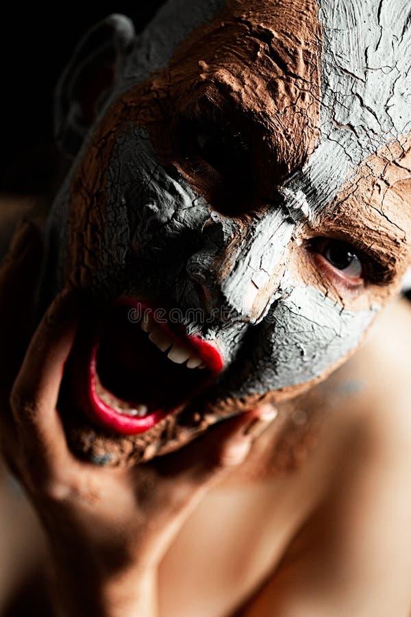 Γυναίκα με τον καλλυντικό άργιλο στοκ εικόνα με δικαίωμα ελεύθερης χρήσης