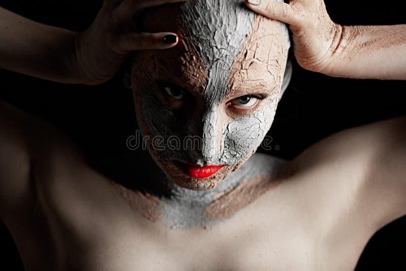 Γυναίκα με τον καλλυντικό άργιλο στοκ εικόνες με δικαίωμα ελεύθερης χρήσης