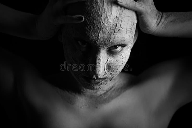 Γυναίκα με τον καλλυντικό άργιλο στοκ φωτογραφίες με δικαίωμα ελεύθερης χρήσης