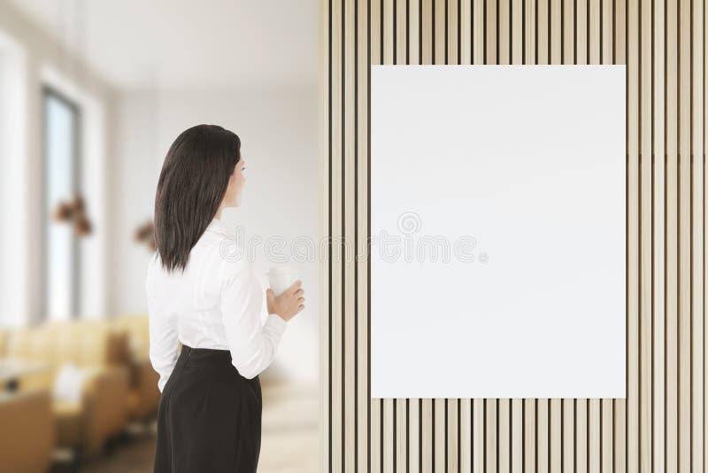 Γυναίκα με τον καφέ που εξετάζει την αφίσα στοκ φωτογραφίες με δικαίωμα ελεύθερης χρήσης
