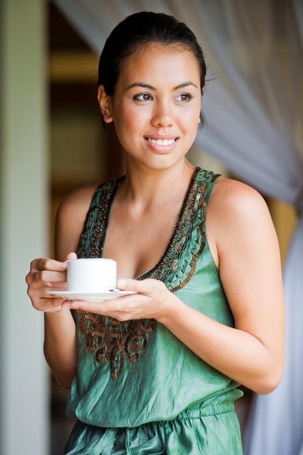 Γυναίκα με τον καφέ στοκ φωτογραφία με δικαίωμα ελεύθερης χρήσης