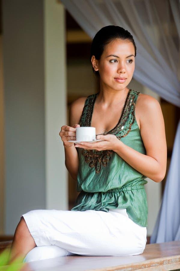 Γυναίκα με τον καφέ στοκ φωτογραφίες