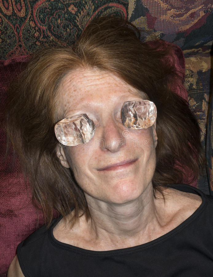 Γυναίκα με τον πάγο στα μάτια στοκ εικόνες με δικαίωμα ελεύθερης χρήσης