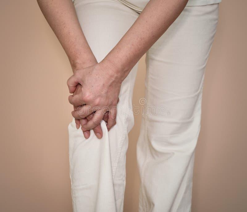 Γυναίκα με τον πόνο γονάτων στοκ εικόνες