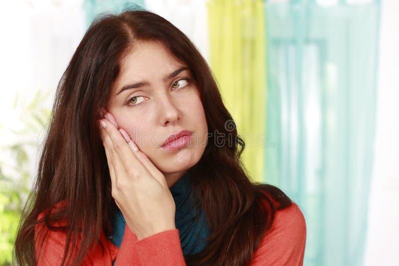 Γυναίκα με τον πόνο στην παρέκκλιση στοκ εικόνες με δικαίωμα ελεύθερης χρήσης