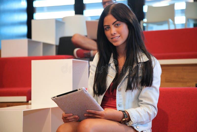 Γυναίκα με τον υπολογιστή PC ταμπλετών στοκ φωτογραφία με δικαίωμα ελεύθερης χρήσης