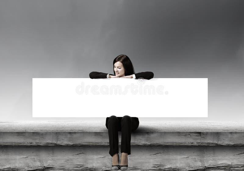 Γυναίκα με το έμβλημα στοκ φωτογραφία