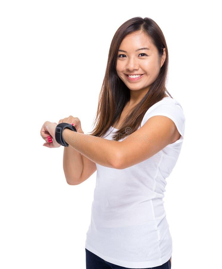 Γυναίκα με το έξυπνο ρολόι στοκ εικόνες