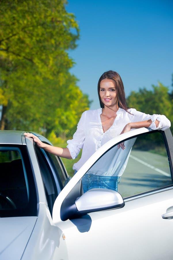 Γυναίκα με το αυτοκίνητό της στοκ εικόνα