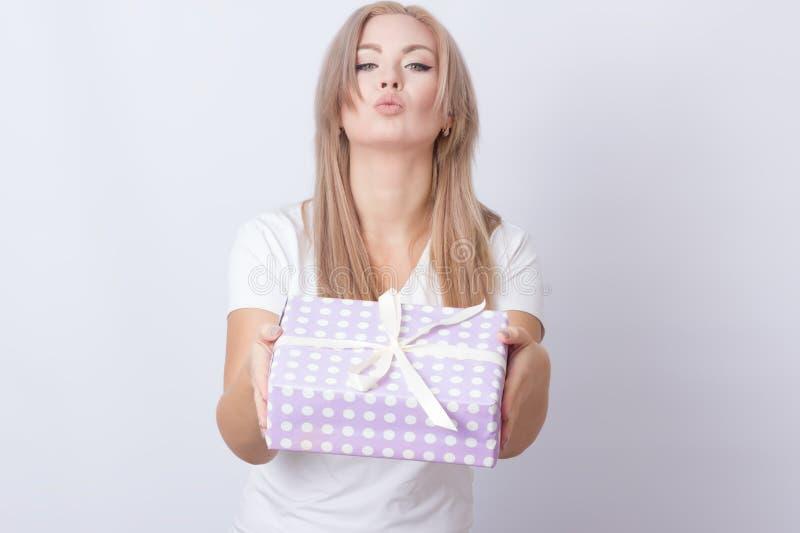 Γυναίκα με το δώρο στα χέρια της στοκ φωτογραφία