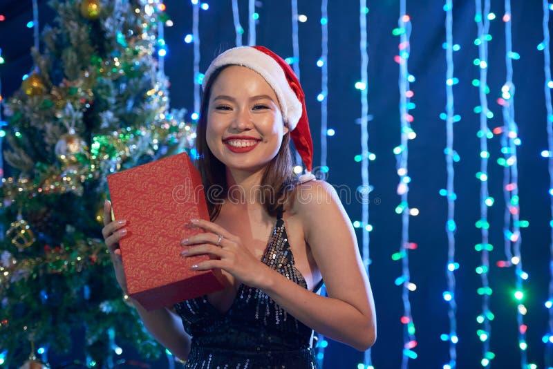 Γυναίκα με το δώρο Χριστουγέννων στοκ εικόνα