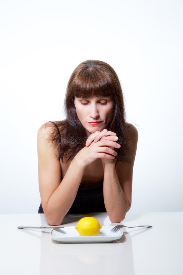 Γυναίκα με το λεμόνι στοκ εικόνα με δικαίωμα ελεύθερης χρήσης
