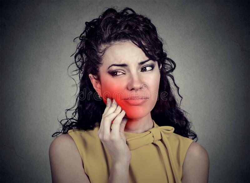 Γυναίκα με το ευαίσθητο πρόβλημα κορωνών πονόδοντου που πάσχει από τον πόνο στοκ εικόνα με δικαίωμα ελεύθερης χρήσης