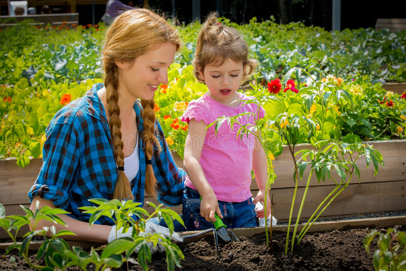 Γυναίκα με το ευτυχές χαμόγελο στον κήπο στοκ φωτογραφίες