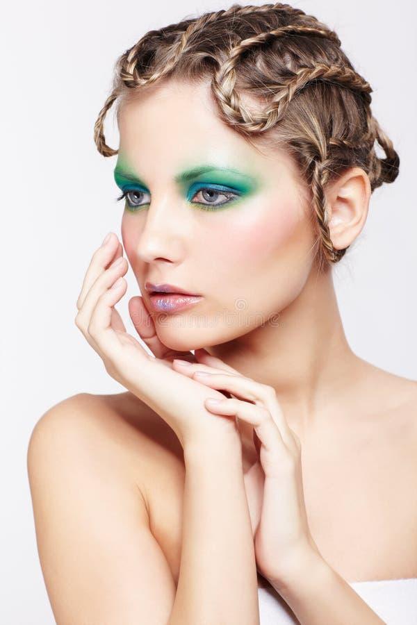 Γυναίκα με το δημιουργικό hairdo στοκ φωτογραφίες