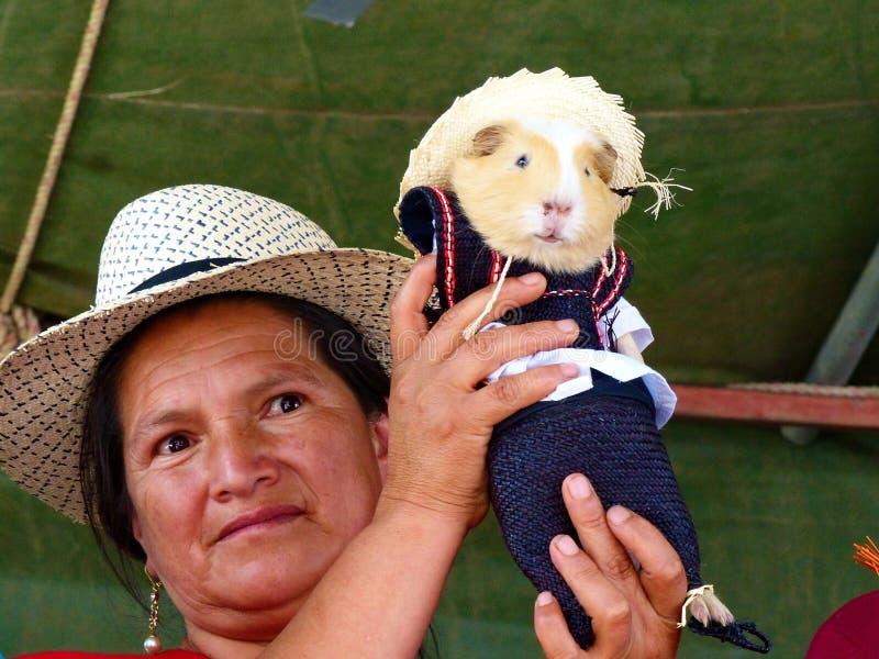 Γυναίκα με το ινδικό χοιρίδιο στο παραδοσιακό φόρεμα για τον Ισημερινό στοκ φωτογραφία με δικαίωμα ελεύθερης χρήσης