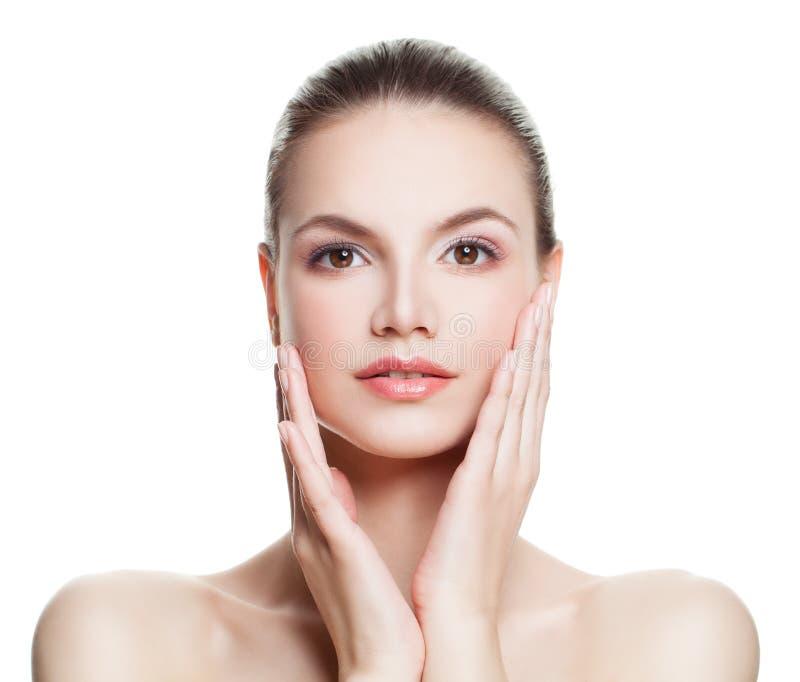 Γυναίκα με το καθαρό δέρμα σχετικά με την χέρι το πρόσωπό της beauty spa στοκ φωτογραφία
