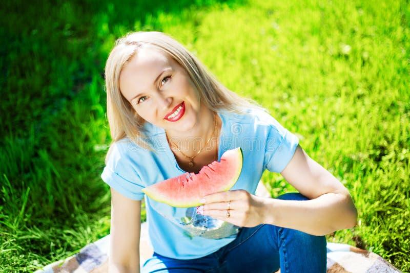 Γυναίκα με το καρπούζι στοκ φωτογραφίες με δικαίωμα ελεύθερης χρήσης