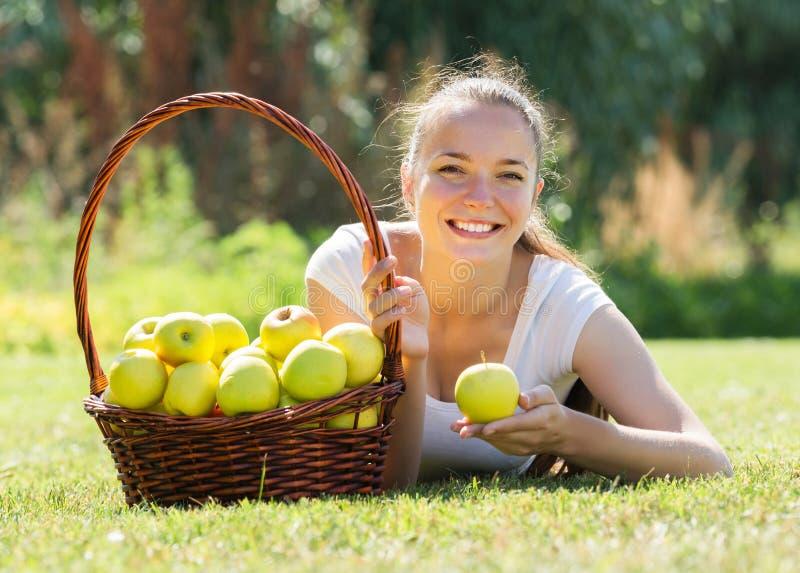 Γυναίκα με το καλάθι των μήλων στοκ εικόνες