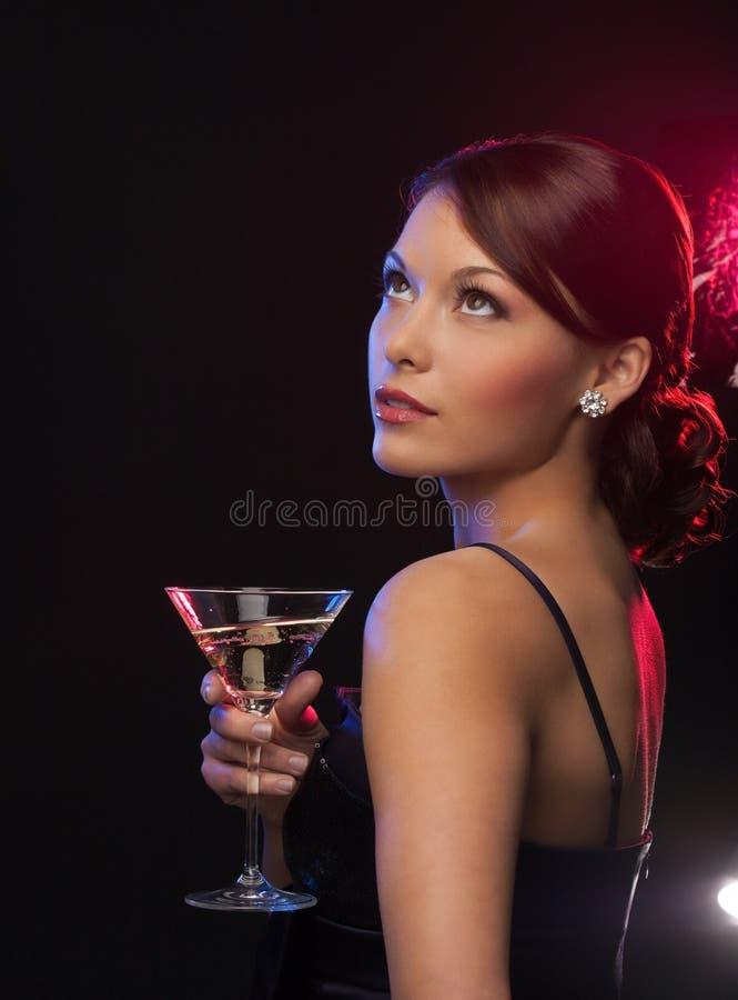 Γυναίκα με το κοκτέιλ στοκ φωτογραφία